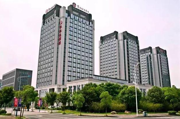 嘉兴华美达酒店位于嘉兴市秦逸路32号,南湖大道与由拳路交叉口,紧邻