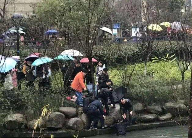 杭州爸爸接女儿放学救了个人