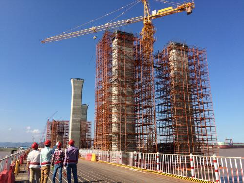 为建设中的台州湾大桥.-台州沿海高速建设 九个月完成投资任务99.