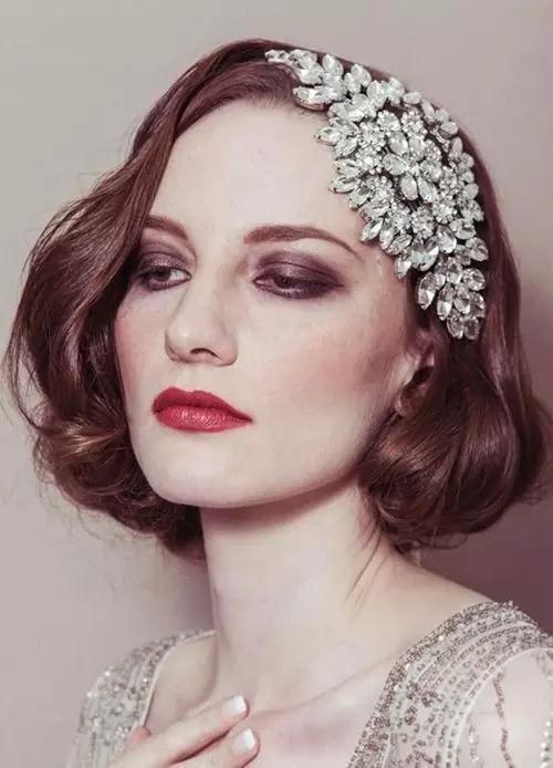 发量多的短发新娘在后脑勺戴一个带状装饰也很不错,不过走路的时候要