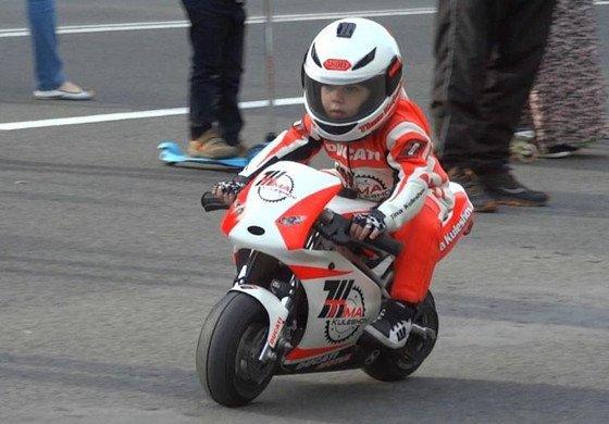 萌娃骑摩托车扮酷 4岁已成专业车手
