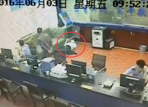 衢州90后民警连续加班突然晕倒 脑袋磕在柜门上