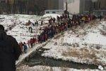 数百孩子走危桥上学