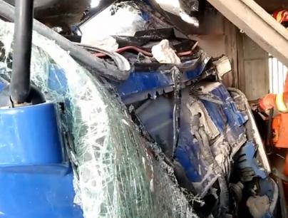 惊险!一货车撞塌民房墙体 司机被困车头面目全非