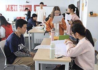 学生玩手机攻克学习难题