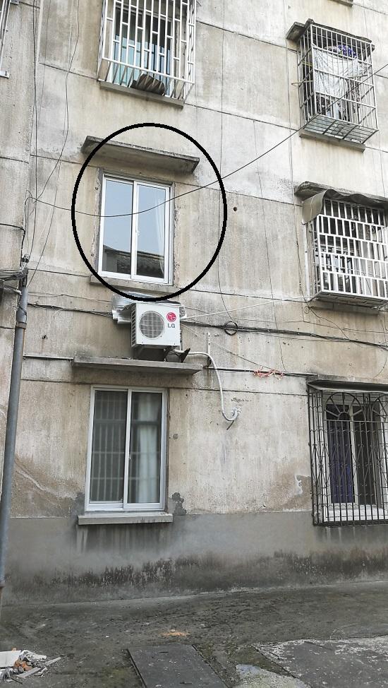 """政工站防盗窗上擦玻璃 """"扑通""""一声掉下来"""