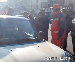 宁波一嚣张MINI车主乱扔垃圾 清洁工上前劝阻被打