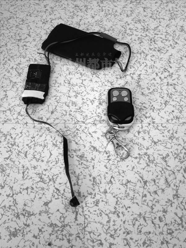 二男生鞋面装微型摄像机 书店偷拍女性裙底 大