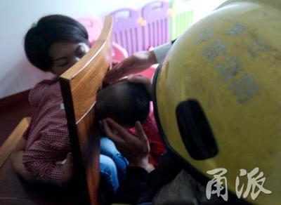 """宁波2岁男孩的头被椅子""""咬""""住出不来 嚎啕大哭"""