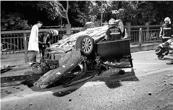 杭州凌晨发生惨烈车祸 女司机甩出车外殒命图片