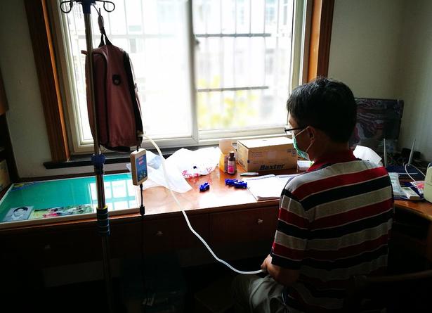身患尿毒症每天做三次透析 但他仍坚持站上讲台