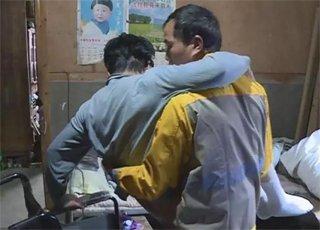 男人十年如一日照顾哥哥和母亲