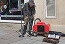 >80岁孤独的街头艺人