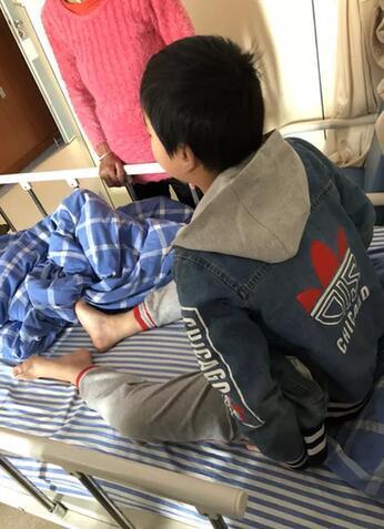 11岁儿子被同学划伤头 爸爸冲到学校打断同学鼻梁