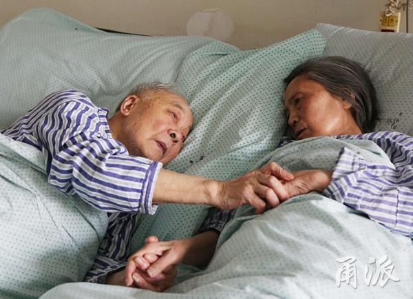 宁波91岁老人拉着83岁老伴的手:让我再看你一眼