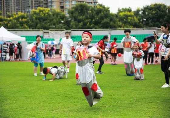 穿上亲子装、红白袜 3000人在杭州为爱开跑