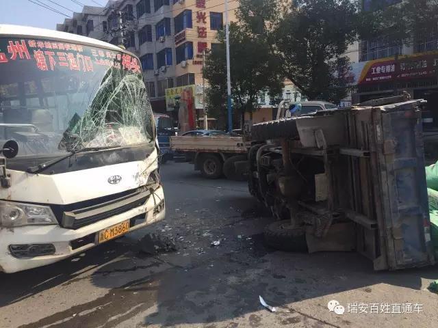 温州一辆中巴车撞翻三轮货车 导致8人受伤图片