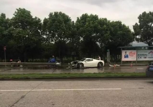 宁波一辆法拉利半个车头撞没 网友:这车400多万