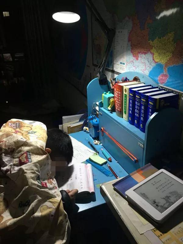 三年级的儿子做作业睡着 该叫醒写作业还是让他继续睡