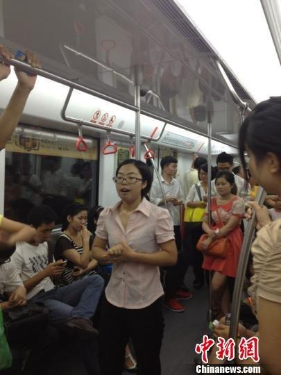 浙江女大学生为练胆地铁即兴演讲 乘客褒贬不一