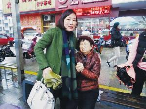 老人公交车上摔倒 陌生女子抱她下车还陪她等家人