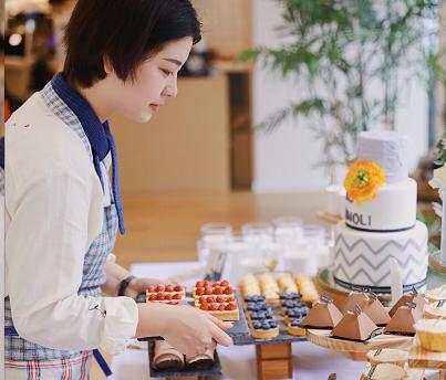 绍兴姑娘开甜品店顾客爆满 万元订单排到明年