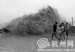 2013年中国钱江观潮节首日7.1万人齐观潮