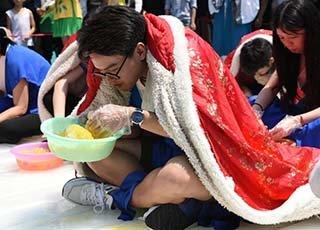 杭州游客坐冰块裹斗篷吃刨冰