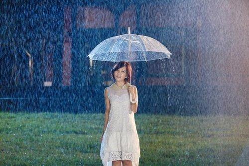 淋雨湿身上演戏中戏