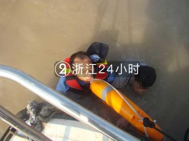 男子与妻子争吵后赌气酒驾 遇交警从四桥跳下
