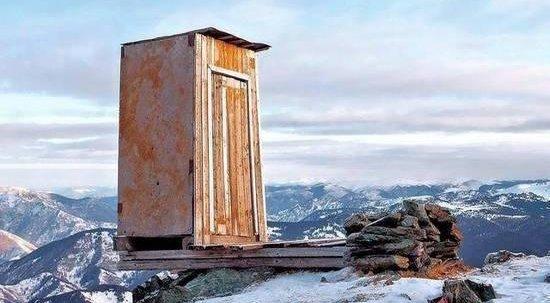 世界最极端厕所 厕纸需直升机空运
