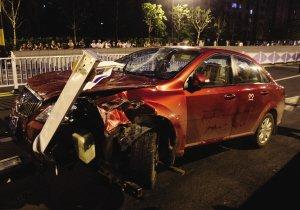 杭州环站北路发生车祸 别克撞护栏女子当场死亡