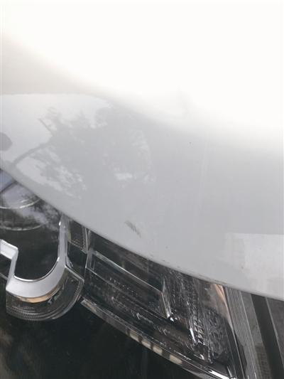 新买的路虎刚要开出小区 道闸突然砸下车损近2万