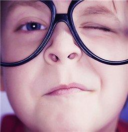 孩子经常眨眼睛,家长要注意是不是抽动症