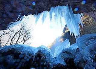 余姚四明山瀑布结冰 溶洞变冰洞