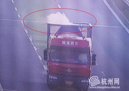 S31杭新景高速往杭州方向杨村桥收费站附近,一辆浙G牌的危化品车辆车身冒着滚滚白烟。