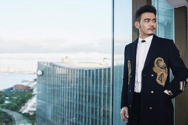杨烁绅士造型现身上海 精致搭配凸显过人衣品
