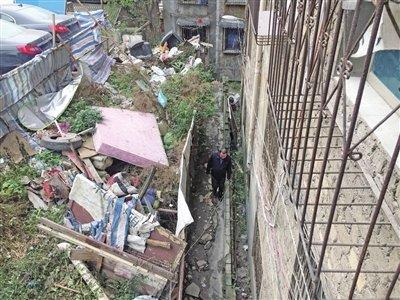 遵义内环路一社区建筑垃圾挤破堡坎存隐患