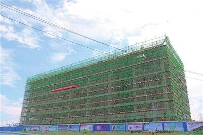 遵义物流新城首个单体建筑封顶