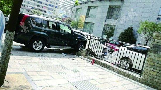 遵义闹市区车子冲上人行道 撞开护栏再撞一堵围墙