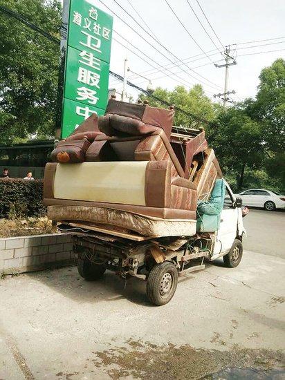 遵义社区:废旧家具乱扔