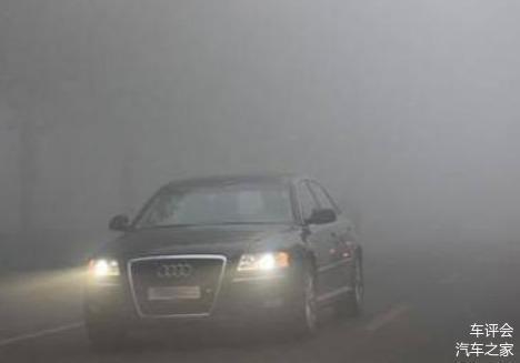 高速�_�遇到雨天 到底���怎么使用�艄饽�