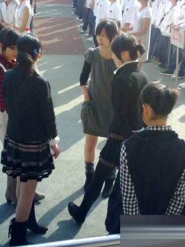網曝組圖考試舉牌中學穿吊帶黑蕾作文(女生運動絲襪a組圖在初中圖片
