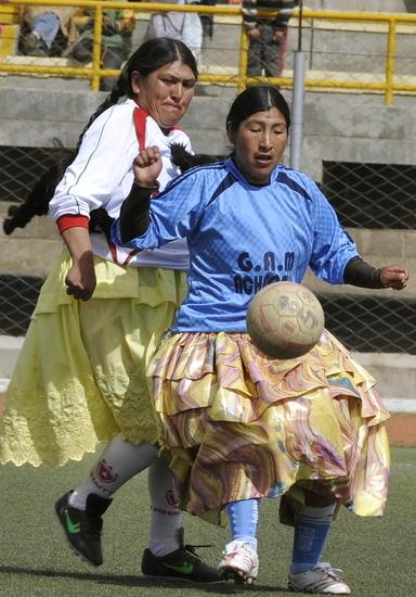 大妈10p_【图文】 大妈也疯狂 美洲小镇足球也有\