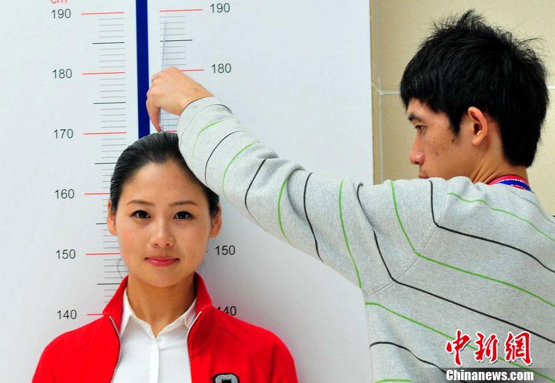 南京教师招聘_组图:参选空姐女学生被男老师量身高露羞涩_腾讯大秦网
