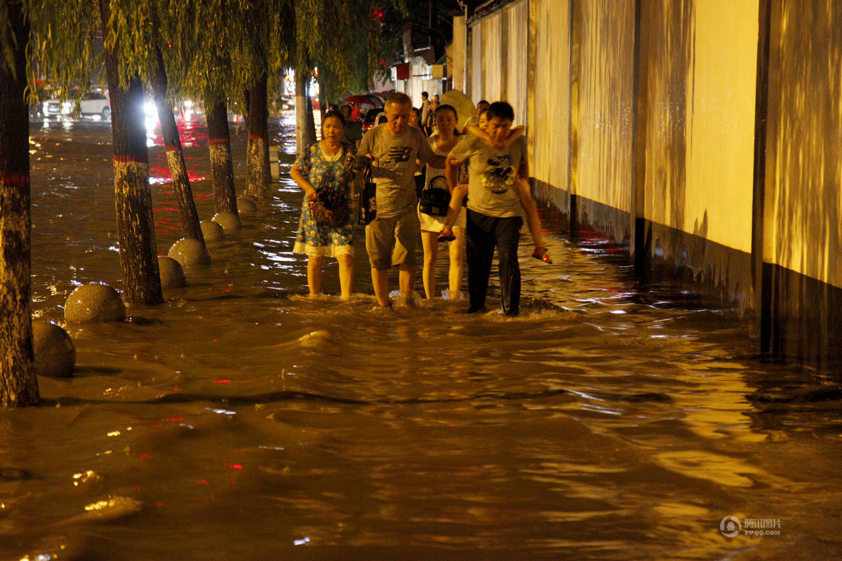 西安7月24日暴雨:城�^多��e水�乐� 交通堵塞(�D)