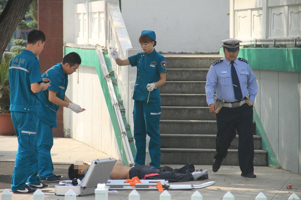 男子展双臂做飞翔的姿势从郑州地标跳下身亡