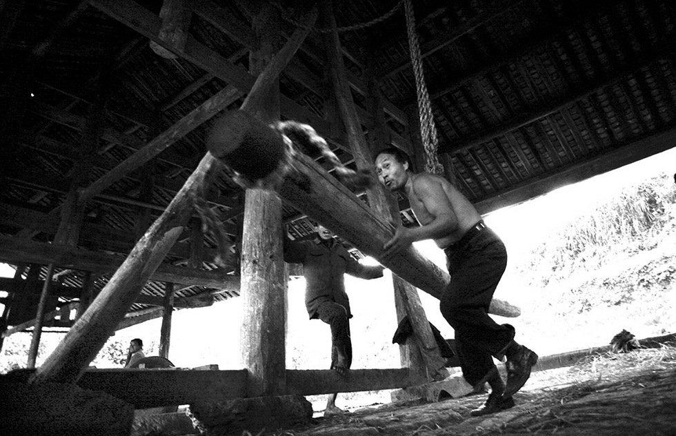 银芙蓉收藏作品-湘西榨油坊(组)-明克林-组图6—烘烤茶籽