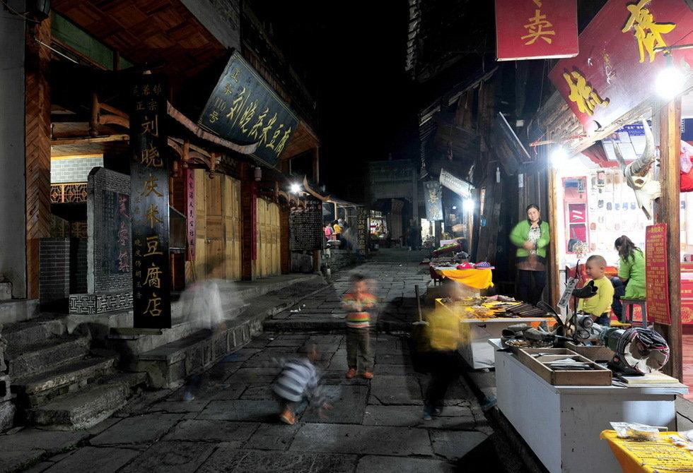 夜晚芙蓉镇-胡云中