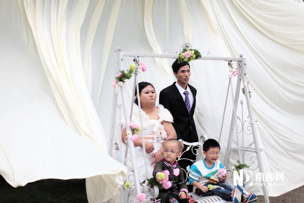 �情都市_图片故事:光棍节的车间集体婚礼--新疆网--新疆门户